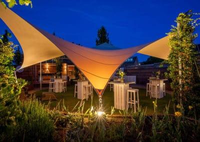 Heerlijk loungen op uw vrijstaande lounge terras onder uw zeildoek tuinoverkapping. Volledig vergunningsvrij en op maat gemaakt.