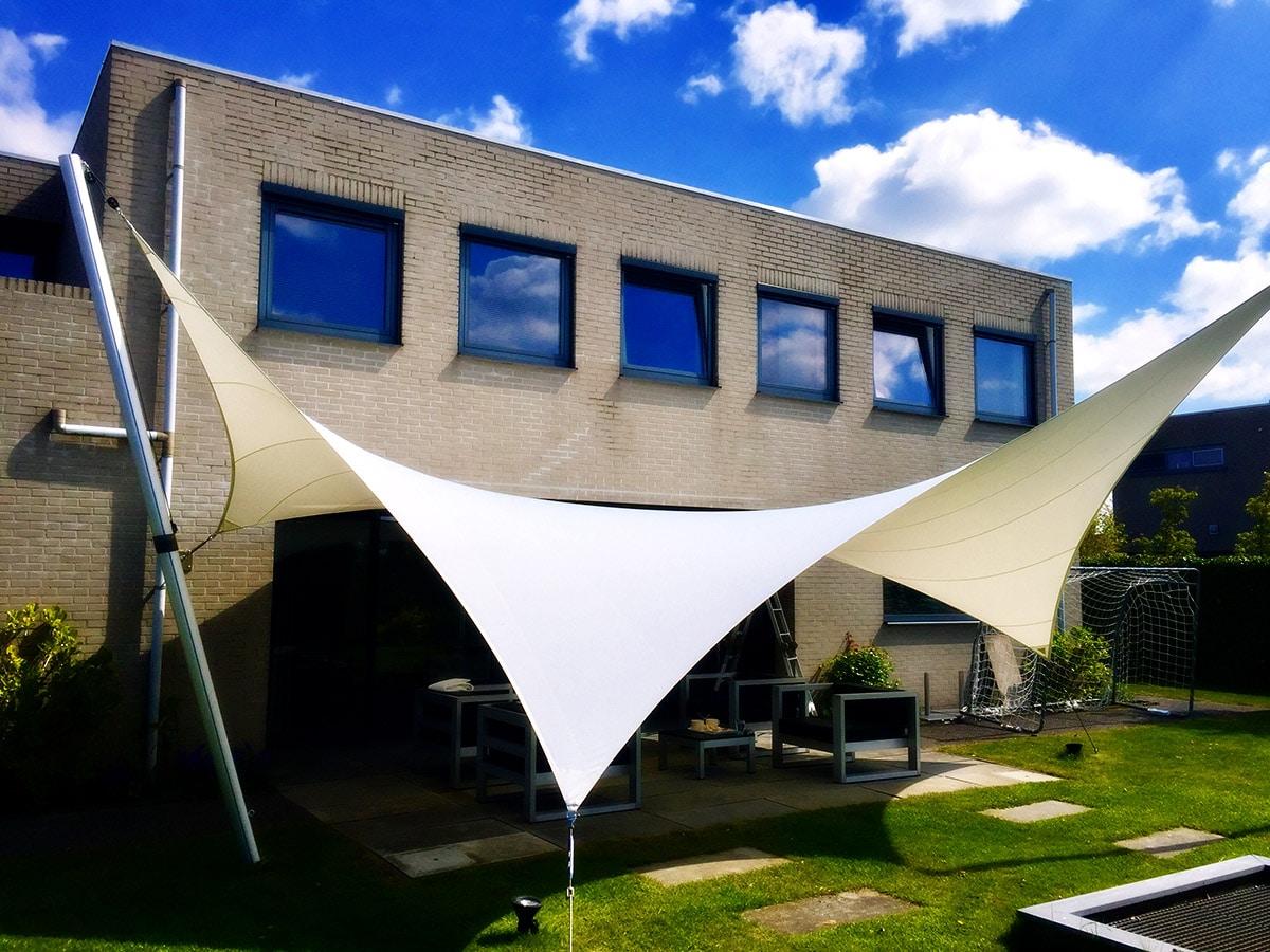 Met de zonwerende en waterdichte zeiloverkapping van Texstyleroofs® creëert u sfeer, comfort en romantiek voor uw outdoor living.